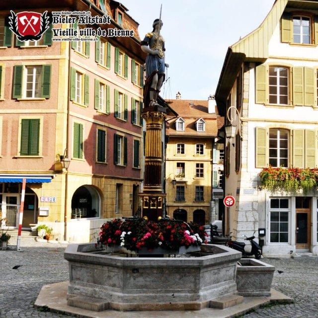 Fontaine de la Justice sur la Place du Bourg